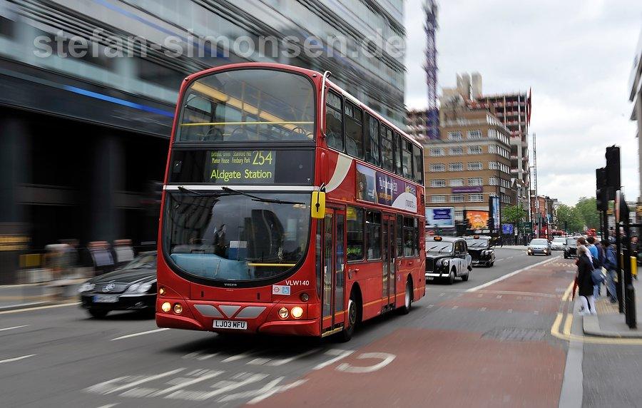 Das Ergebnis: Der Bus wirkt eingefroren, die Umgebung ist verwischt. (NIKON D3, 200 ISO, Blende 11, 1/13 Sek., bei 48mm)