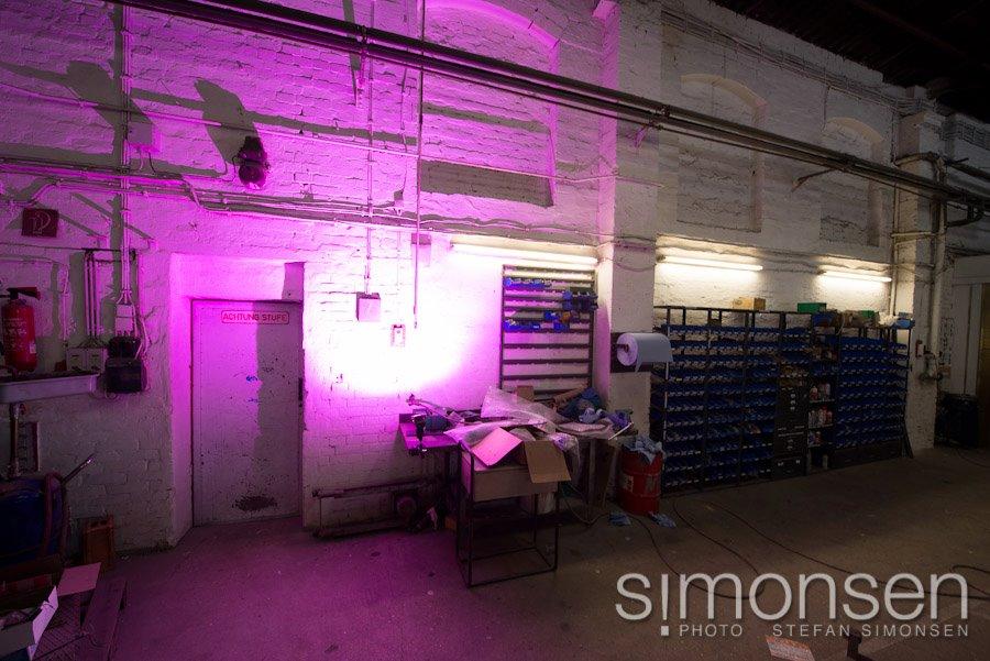Mit Farbfolie vor dem Blitz (SB-800) wird aus einer grauen Werkstatt mal eben eine coole Location