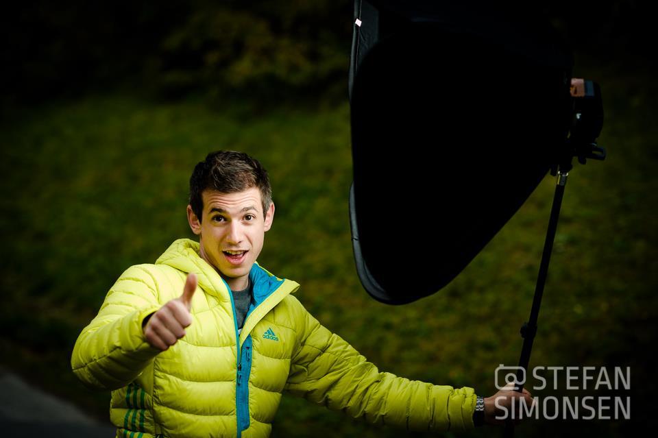 Lukas mit der Ezybox 60x60, die bei den Portraits unser Hauptlicht geliefert hat.