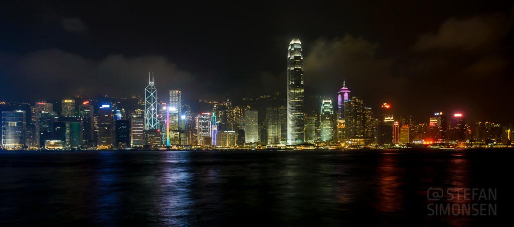 Stadtsilhouette mit den Hochhäusern von Hong Kong Island bei Nacht von Kowloon aus bei Nacht gesehen