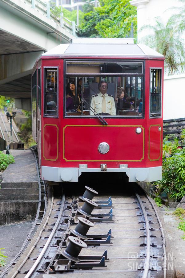 Die Peak Tram ist ein schneller Weg, auf den Victoria's Peak zu kommen. Wie man sieht, hat der Fahrer auch unheimlich Spaß bei seinem Job ;-)