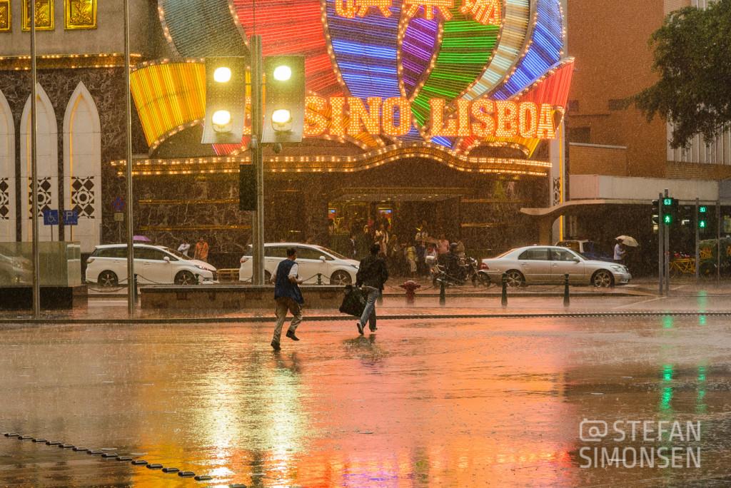 Auch noch eine Stunde später, vor den großen Casinos, hatte sich das Wetter nicht gebessert