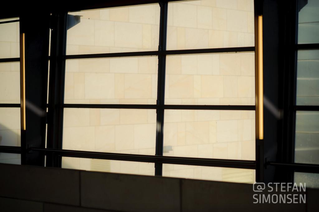 Eine sandstein-farbene Wand als Aufheller für das Gesicht