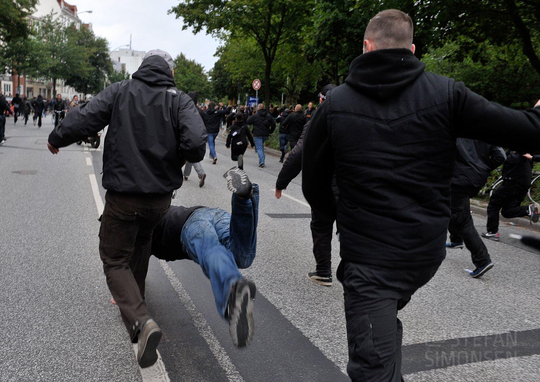 Randalierer strauchelt beim Laufen während der Ausandersetzungen anlässlich des Stadtderbys HSV gegen St. Pauli im Jahr 2010