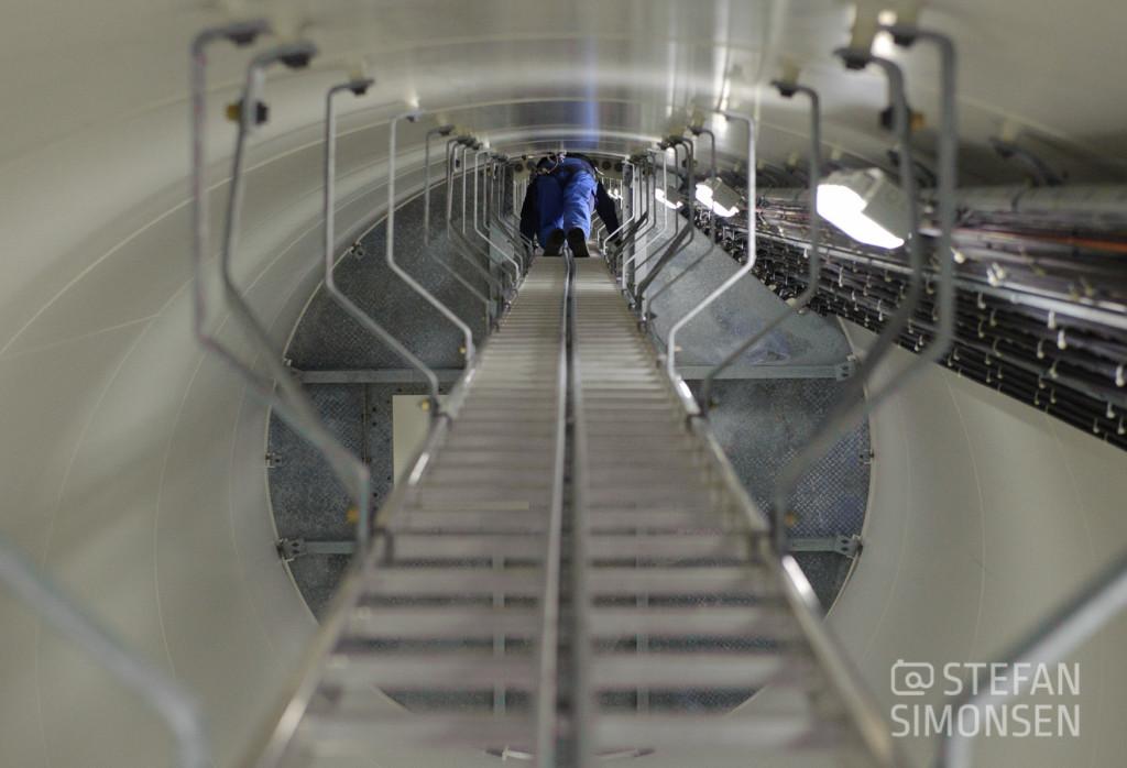 Die Leiter hinauf zur Motorkanzel der Windenergieanlage