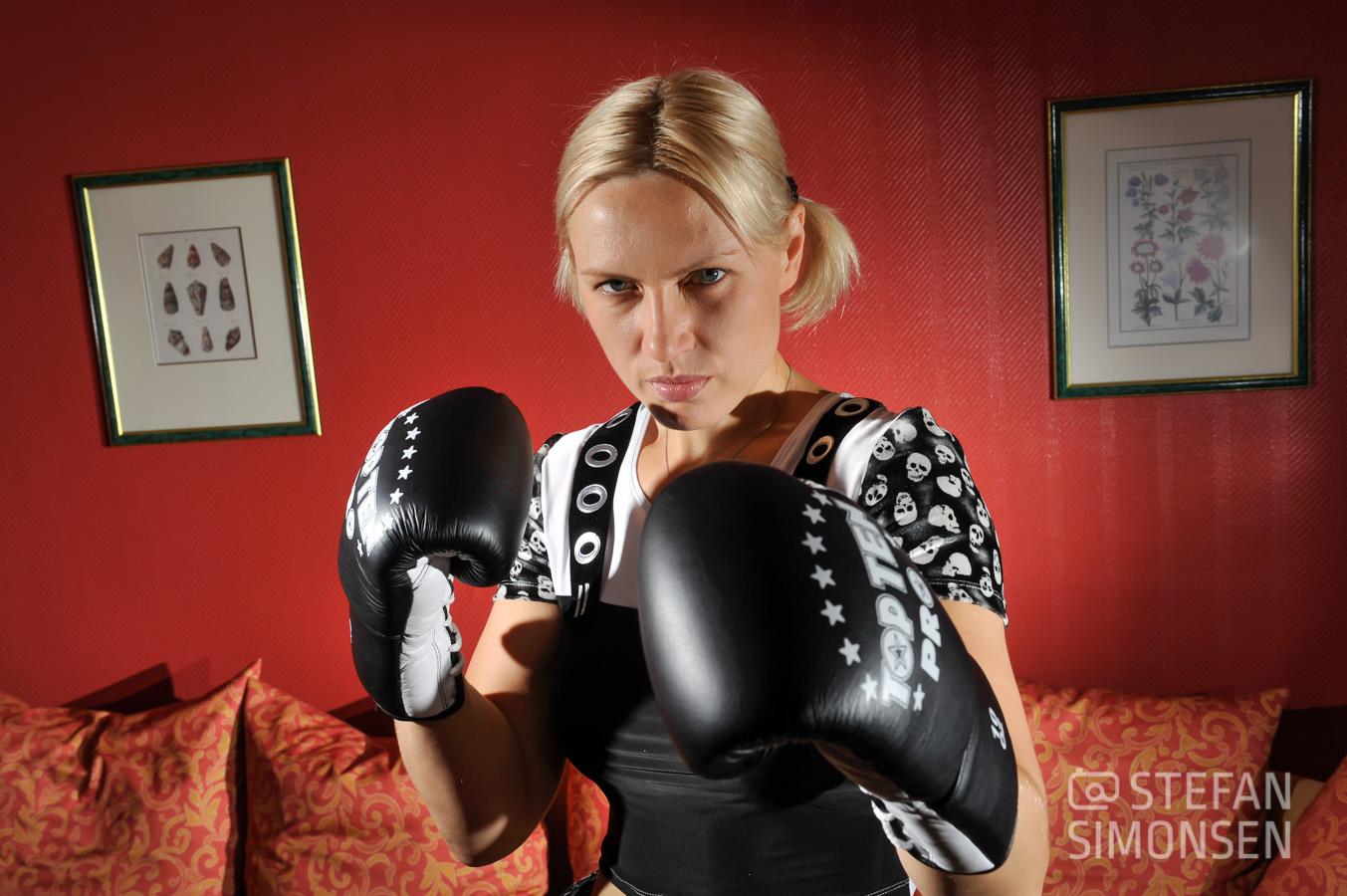 Boxweltmeisterin Natascha Ragosina posiert 2009 in einem Hotel in Langenhagen für ein Foto