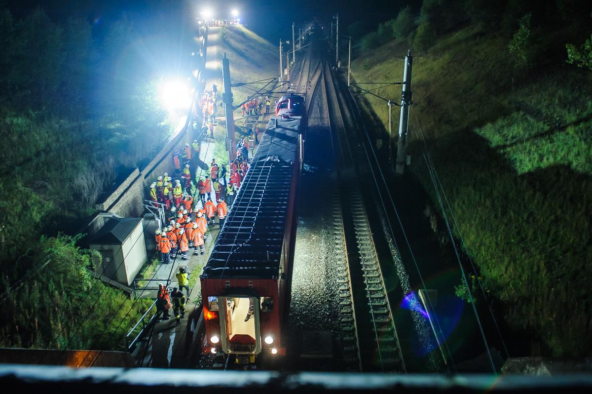 Tunnelrettungs-Übung Lamspringe am Riesberg-Tunnel. Ein Rettungszug steht vor dem Tunnelportal