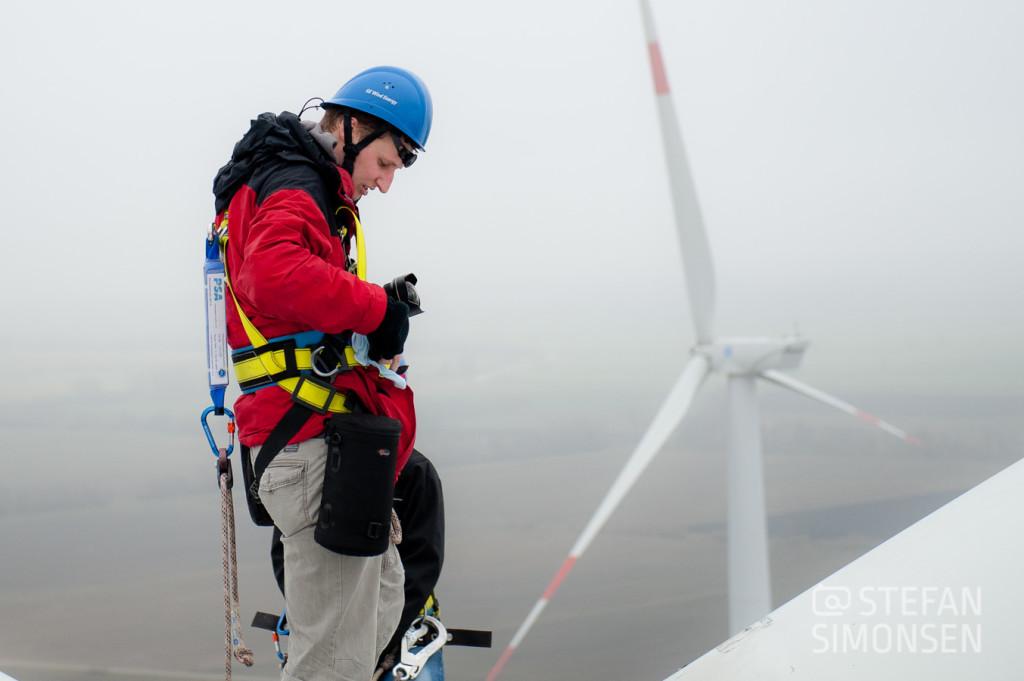 Fotojournalist Stefan Simonsen steht in 100 Metern Höhe auf einer Windenergieanlage