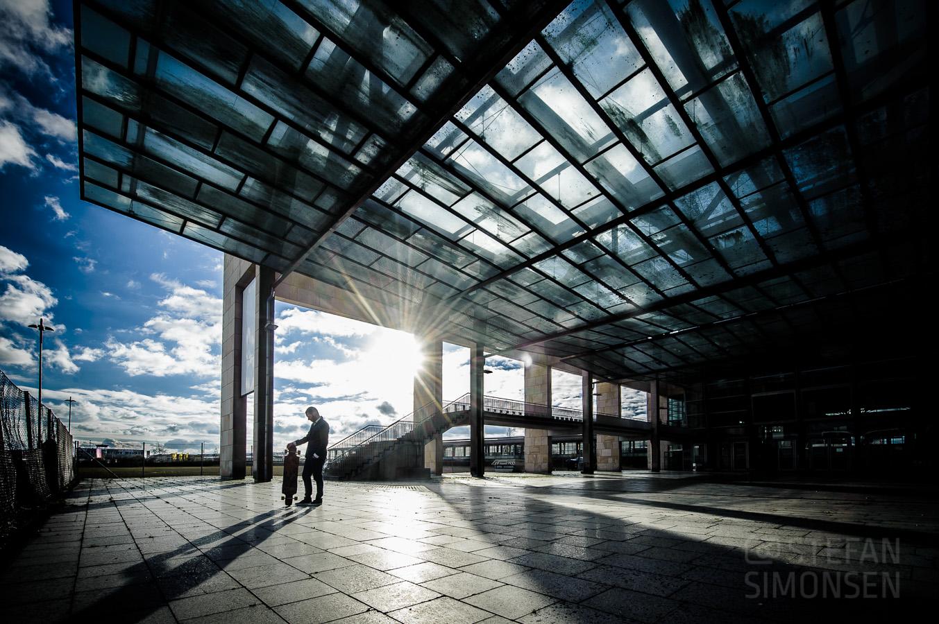 Portraitfoto mit Skateboard am Messebahnhof in Laatzen