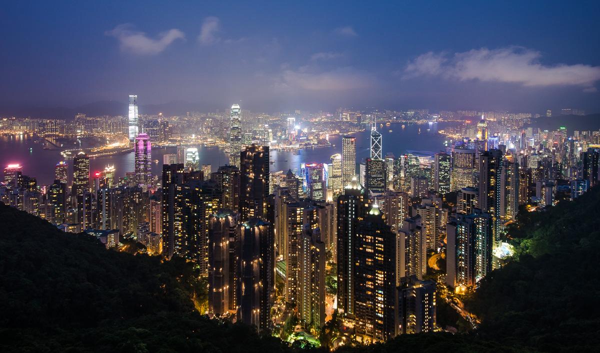 Stadtansicht von Hongkong zur blauen Stunde