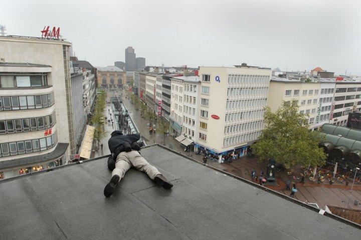 Fotojournalist Stefan Simonsen liegt für ein Foto auf dem Dach eines Hauses in Hannover. Danke fürs Foto an Alexander Körner!