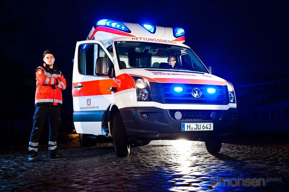 Ein Rettungswagen der Johanniter-Unfallhilfe steht im März 2012 bei einem Foto-Shooting für den Bundesfreiwilligendienst und das FSJ mit Blaulicht auf einer Kopfsteinpflasterstraße