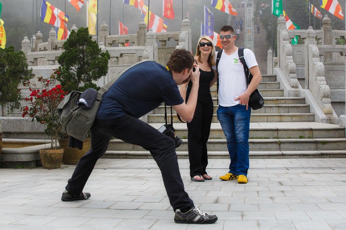 Fotojournalist Stefan Simonsen portraitiert ein amerikanisches Paar vor einer Sehenswürdigkeit in China auf der Insel Lantau