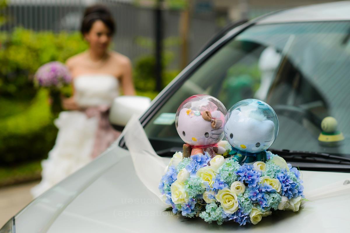 Blumen- und Teddys schmücken ein Hochzeitsauto in Hongkong (China)