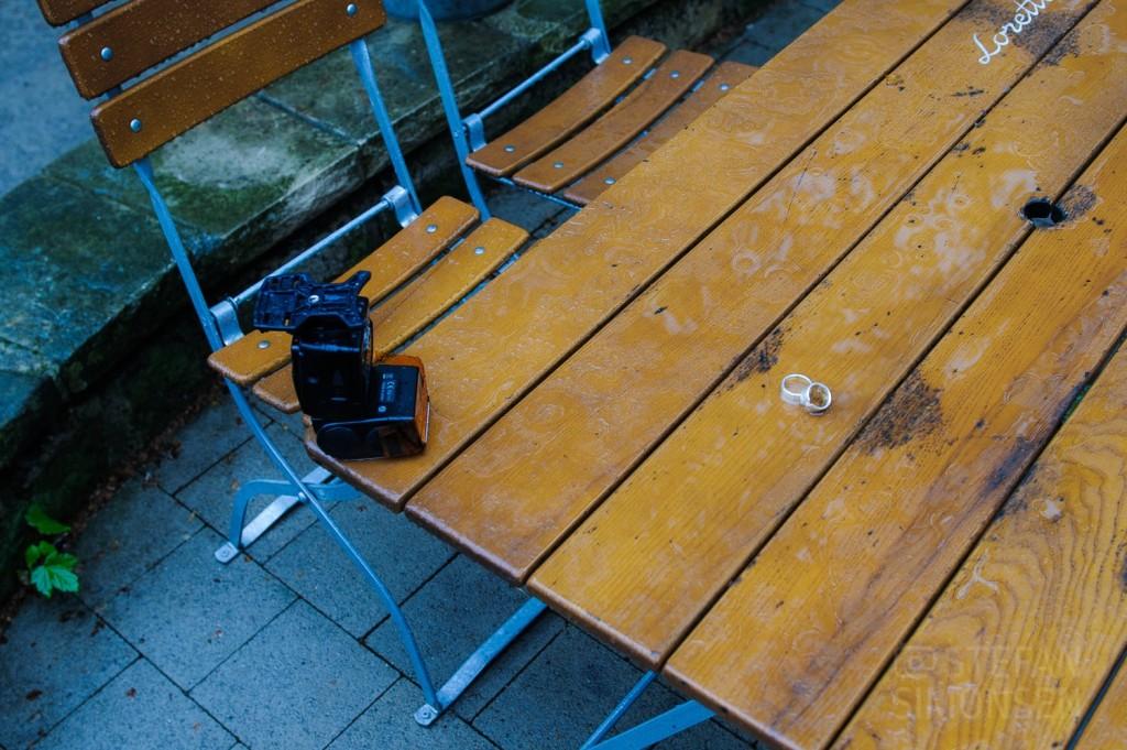 Ein Nikon SB-800 von links mit full CTO-Folie sorgt für Licht bei den Ringfotos