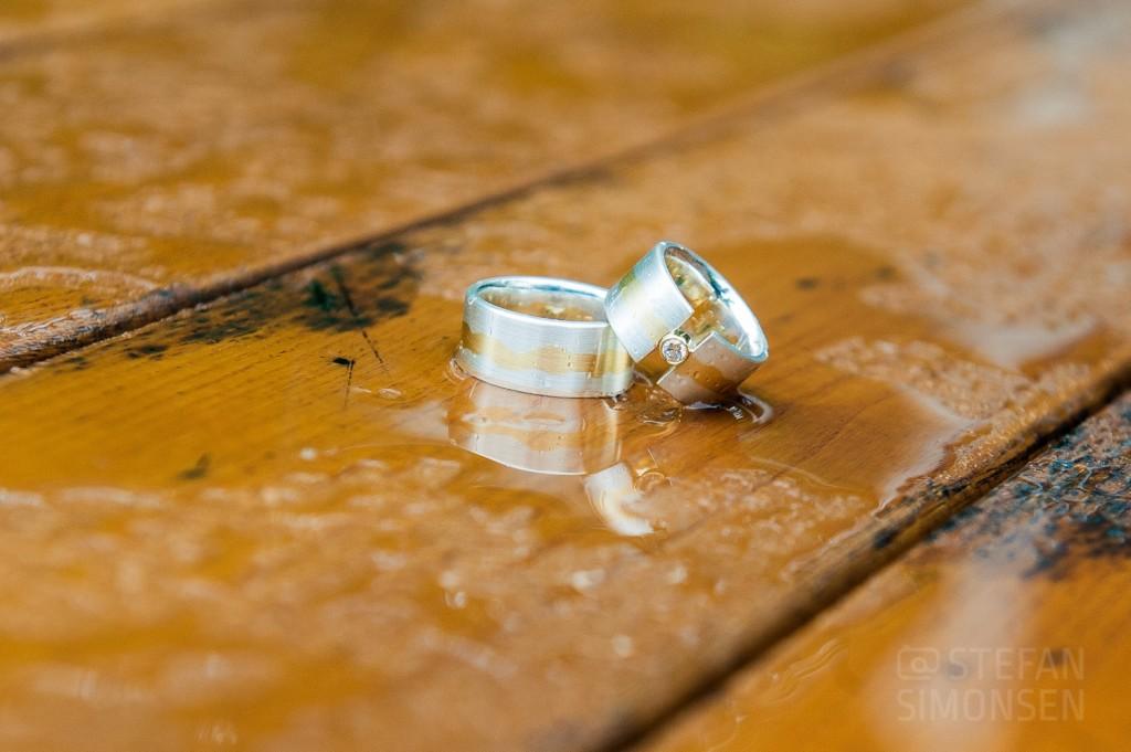 Vorbereitung der Ringfotos: Ein nasser Holztisch im Regen