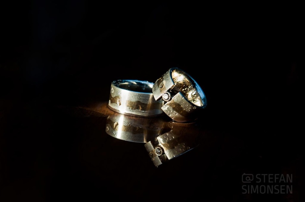 Ringfoto von Hochzeitsringen bei Regen aufgenommen und angbelitzt