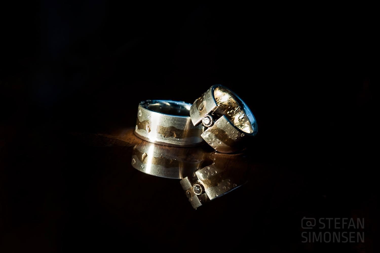 Ringfoto von Hochzeitsringen bei Regen aufgenommen und agbelitzt
